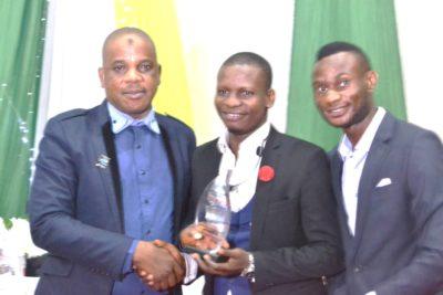 L-R: Pharm. Tiamiyu Sumonu, chairman, Pharmaceutical Society of Nigeria (PSN Osun chapter) presenting Pans Award of Merit to Pharm. Sesan Kareem, keynote speaker while Alo Setofunmi, national president, Pharmaceutical Association of Nigerian Students (PANS)